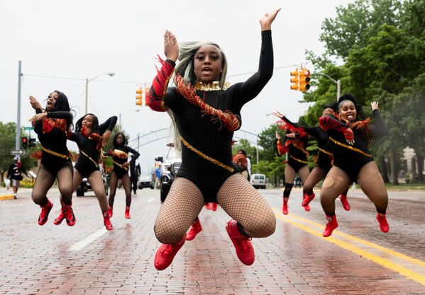 Các thành viên «For The Love of Dance Studio» trong cuộc diễu hành, bang Michigan, Hoa Kỳ - Sputnik Việt Nam