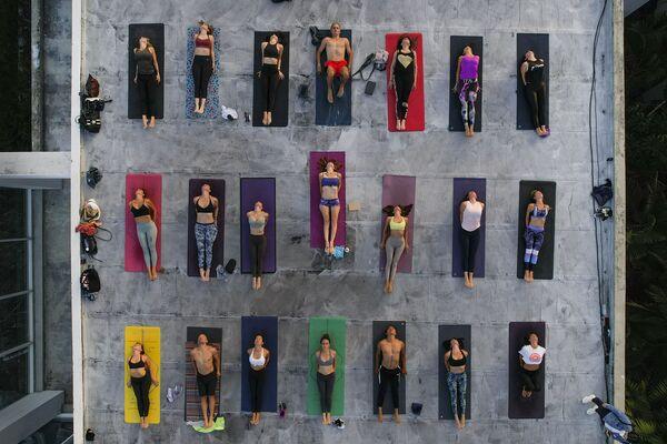 Các tín đồ của môn yoga trên sân thượng studio ARA Yoga Caracas ở Caracas, Venezuela - Sputnik Việt Nam