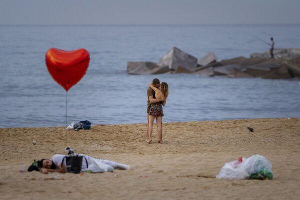 Nụ hôn trên bãi biển sáng sớm ở Barcelona, Tây Ban Nha - Sputnik Việt Nam