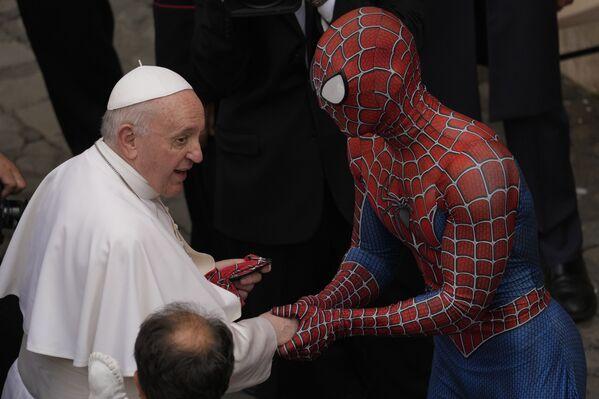 Giáo hoàng Francis gặp Người nhện ở San Damaso của Vatican - Sputnik Việt Nam
