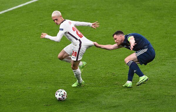 Cầu thủ Anh Phil Foden tranh bóng với đối thủ Scotland Andrew Robertson trong trận đấu giữa đội Anh và đội Scotland thuộc vòng bảng D của EURO 2020  - Sputnik Việt Nam