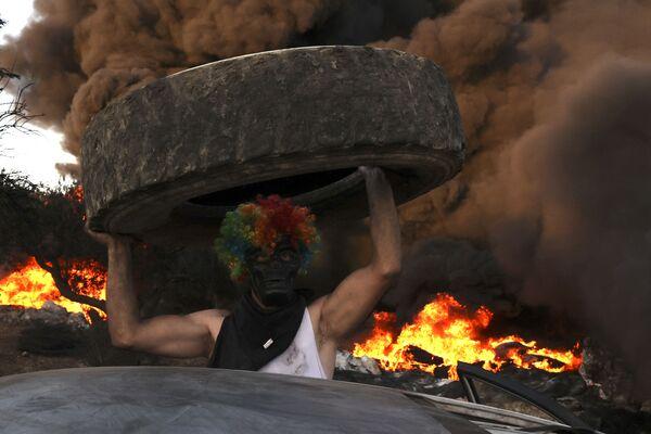 Người Palestine đốt lốp xe trong cuộc biểu tình phản đối việc mở rộng khu định cư của người Do Thái ở Eviatar trên đất làng Beita, Bờ Tây sông Jordan - Sputnik Việt Nam