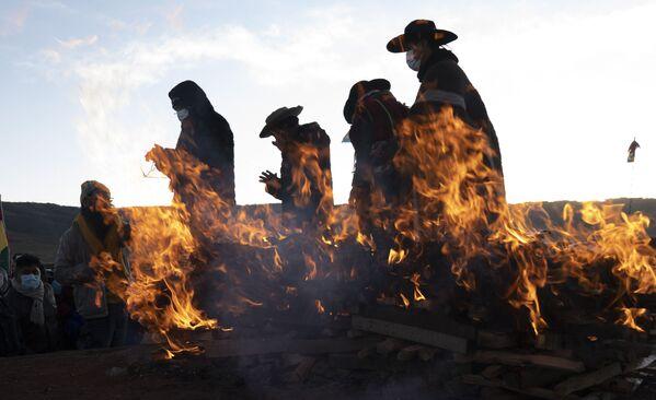 Các lãnh đạo tôn giáo của dân bản địa Aymara cử hành nghi lễ đón Năm mới ở thành phố cổ Tiwanaku, Bolivia - Sputnik Việt Nam