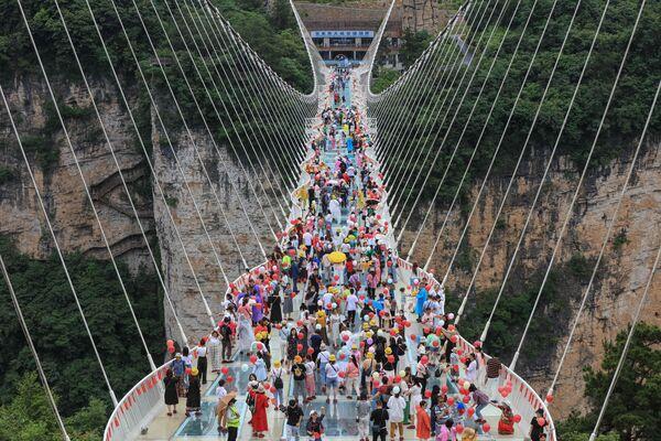 Lối đi bộ với đáy lát kính ở Trương Gia Giới, thuộc tỉnh Hồ Nam, miền Trung Trung Quốc - Sputnik Việt Nam