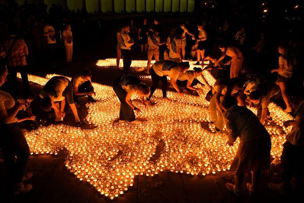 Những người tham gia hoạt động «Ngọn nến tưởng nhớ» thắp nến trước Bảo tàng Chiến thắng ở Matxcơva  - Sputnik Việt Nam