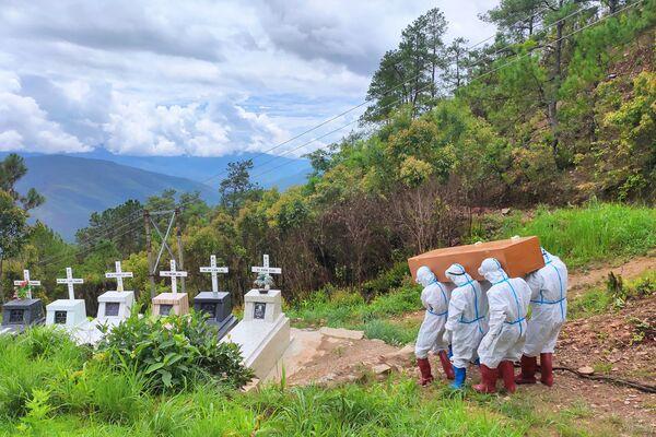 Mai táng người tử vong vì Covid-19 trong nghĩa trang ở Falam, Myanmar - Sputnik Việt Nam