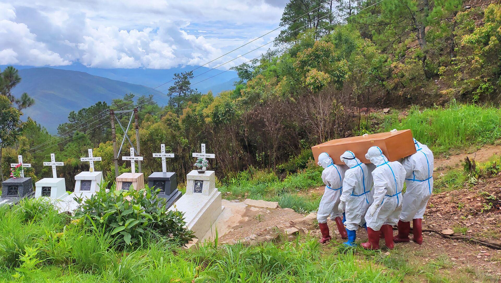 Mai táng người tử vong vì Covid-19 trong nghĩa trang ở Falam, Myanmar - Sputnik Việt Nam, 1920, 29.07.2021