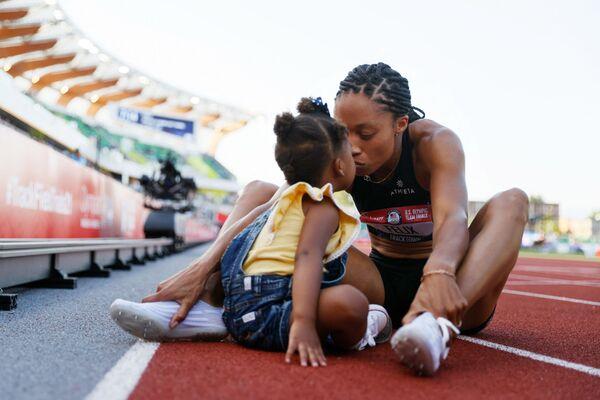 Allyson Felix mừng chiến thắng cùng với con gái Camryn sau khi về nhì trong cuộc đua điền kinh 400 mét thuộc Giải Vô địch Mỹ - Sputnik Việt Nam
