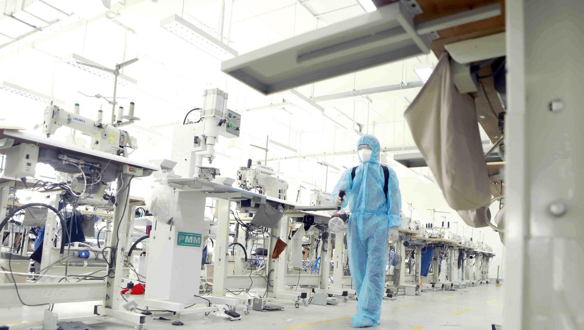 Phun khử khuẩn phòng chống COVID-19 tại phân xưởng A nơi công nhân A làm việc. - Sputnik Việt Nam, 1920, 25.06.2021