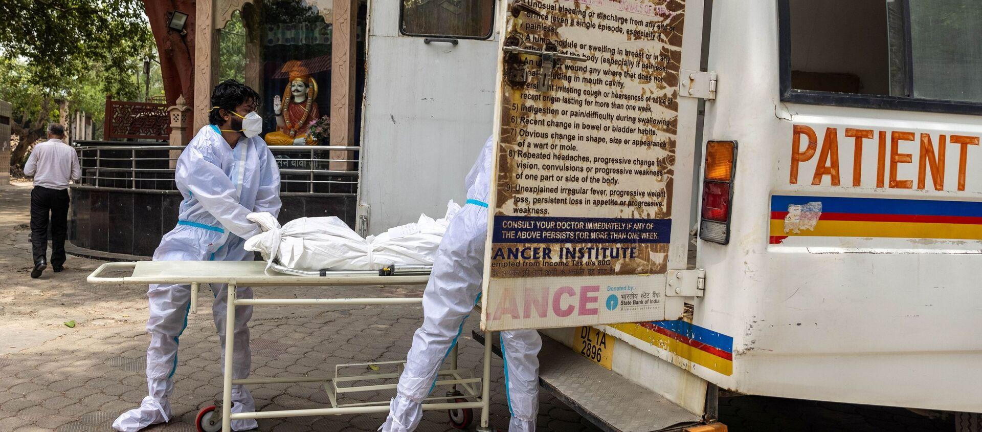 Các bác sĩ đưa xác một người chết vì coronavirus vào ô tô. - Sputnik Việt Nam, 1920, 26.06.2021