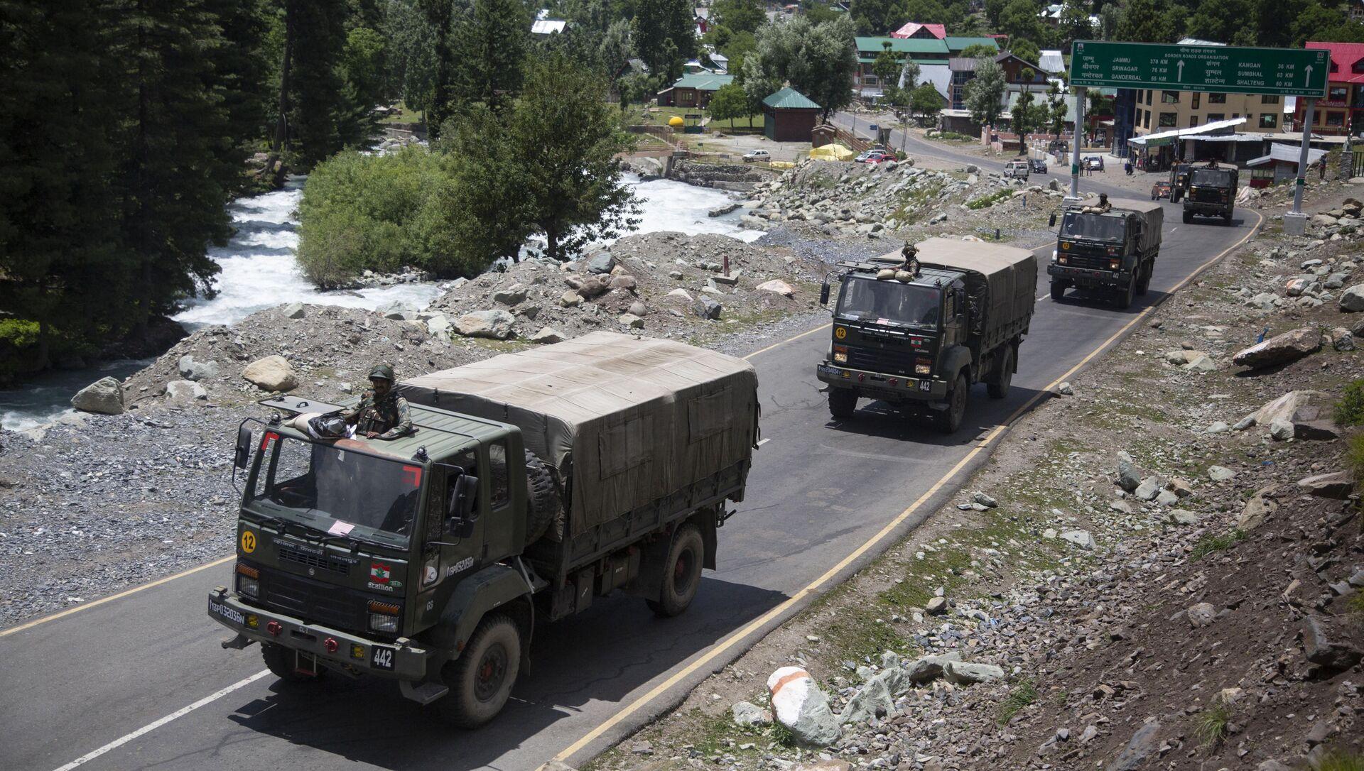 Đoàn xe quân đội Ấn Độ di chuyển dọc theo đường cao tốc ở Ladakh. - Sputnik Việt Nam, 1920, 26.06.2021