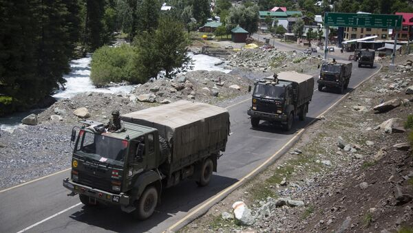Đoàn xe quân đội Ấn Độ di chuyển dọc theo đường cao tốc ở Ladakh. - Sputnik Việt Nam
