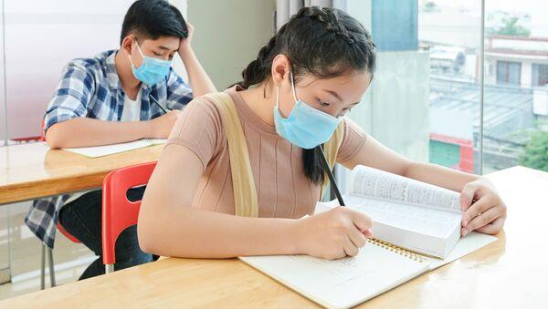 Học sinh đeo khẩu trang trong lớp học. - Sputnik Việt Nam