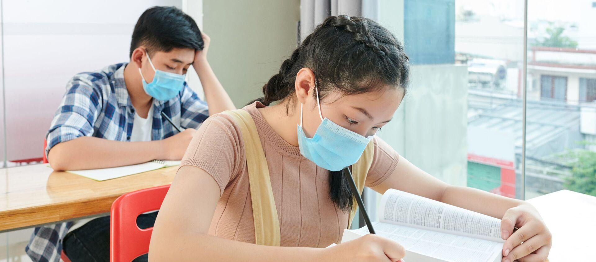 Học sinh đeo khẩu trang trong lớp học. - Sputnik Việt Nam, 1920, 26.06.2021