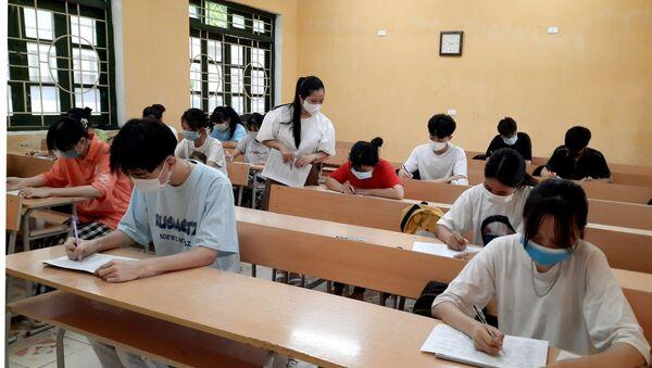 Học sinh trường THPT Võ Nhai, Thái Nguyên ôn tập trong điều kiện lớp học không bố trí quá 20 người. - Sputnik Việt Nam