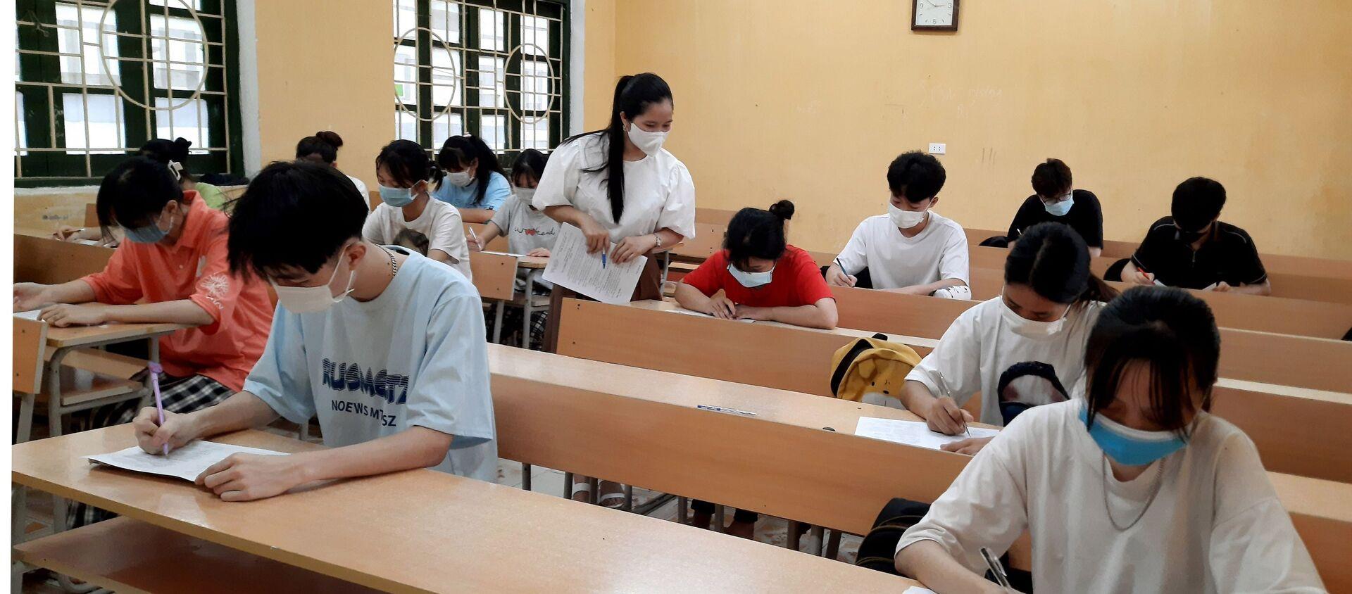 Học sinh trường THPT Võ Nhai, Thái Nguyên ôn tập trong điều kiện lớp học không bố trí quá 20 người. - Sputnik Việt Nam, 1920, 24.07.2021