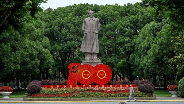 Tượng lãnh tụ Trung Quốc Mao Trạch Đông và tác phẩm sắp đặt nhân kỷ niệm 100 năm Ngày thành lập Đảng Cộng sản Trung Quốc - Sputnik Việt Nam