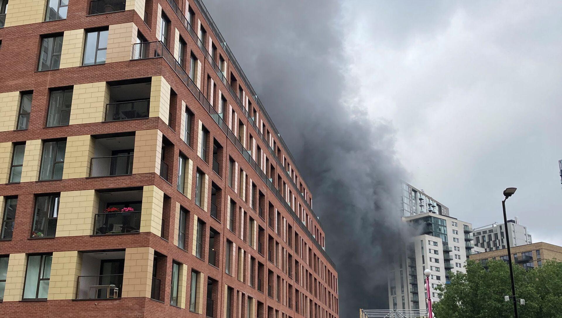 Khói bốc lên từ đám cháy gần nhà ga Elephant and Castle ở London - Sputnik Việt Nam, 1920, 28.06.2021
