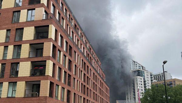 Khói bốc lên từ đám cháy gần nhà ga Elephant and Castle ở London - Sputnik Việt Nam