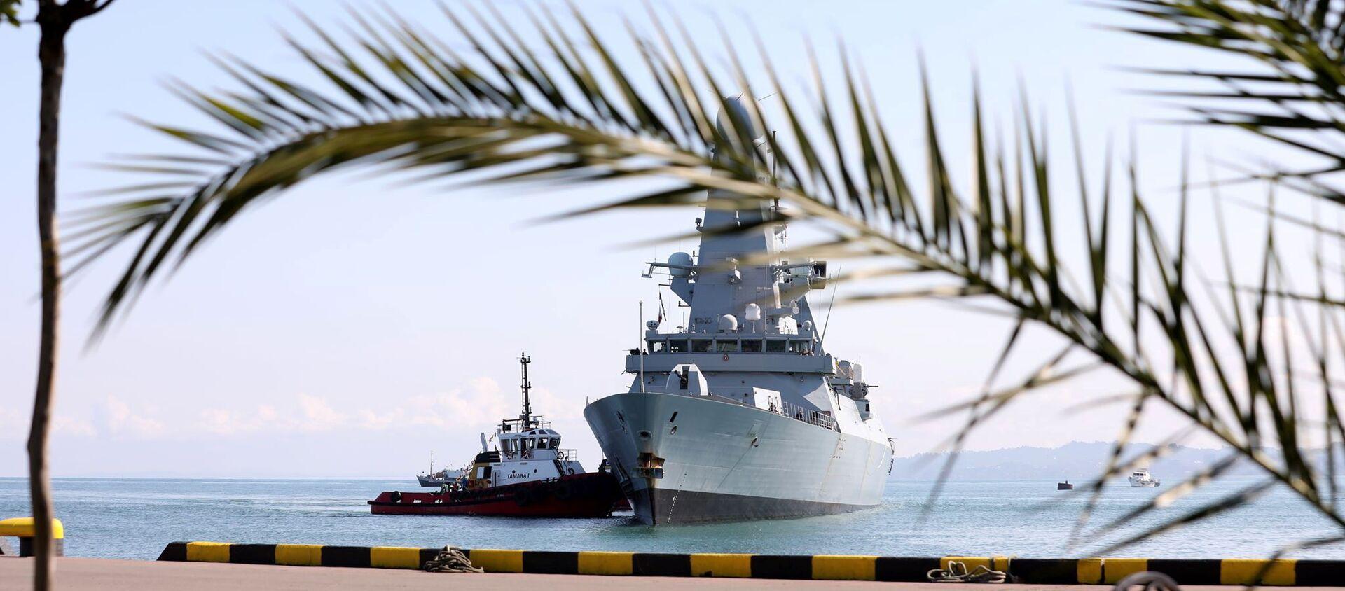 Tàu chiến HMS Defender của Hải quân Hoàng gia Anh tiếp cận cảng Biển Đen của Batumi, Georgia, ngày 26/6/2021 - Sputnik Việt Nam, 1920, 29.06.2021