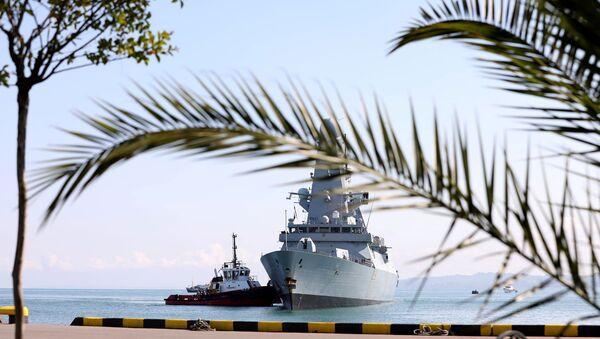 Tàu chiến HMS Defender của Hải quân Hoàng gia Anh tiếp cận cảng Biển Đen của Batumi, Georgia, ngày 26/6/2021 - Sputnik Việt Nam