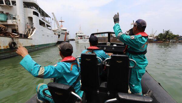 Một đội cứu hộ ra khơi tìm kiếm những người sống sót trong vụ tai nạn máy bay Lion Air ở cảng biển Jakarta - Sputnik Việt Nam