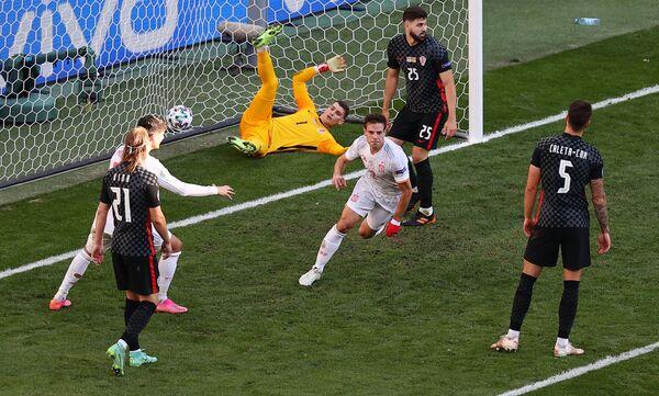 Cầu thủ Tây Ban Nha Cesar Azpilicueta mừng bàn thắng thứ hai của đội mình trong trận chung kết vòng 1/8 Euro 2020 giữa Croatia và Tây Ban Nha tại sân vận động Parken ở Copenhagen, Đan Mạch - Sputnik Việt Nam