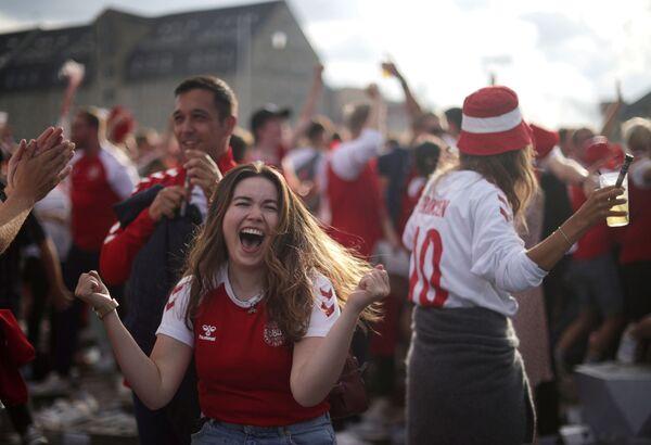 Người hâm mộ Đan Mạch tại fanzone trong trận đấu Euro 2020 giữa Xứ Wales và Đan Mạch ở Copenhagen, Đan Mạch - Sputnik Việt Nam