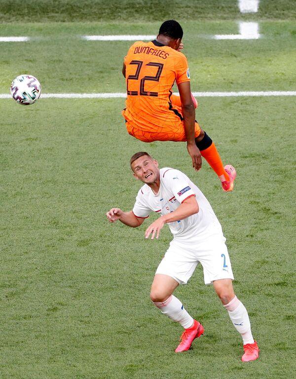 Cuộc tranh giành bóng giữa cầu thủ Hà Lan Denzel Dumfries và cầu thủ Séc Pavel Kaderabek trong trận chung kết vòng 1/8 Euro 2020 giữa Hà Lan và Cộng hòa Séc tại sân vận động Ferenc Puskas ở Budapest, Hungary - Sputnik Việt Nam