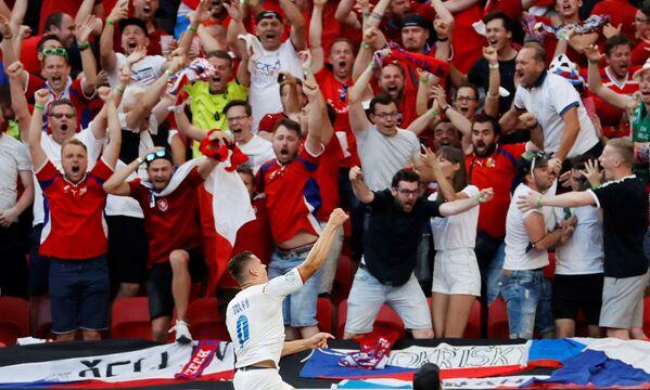 Tuyển thủ Cộng hòa Séc Tomas Holes mừng bàn thắng đầu tiên của đội bóng trong trận đấu Euro 2020 giữa Hà Lan và Cộng hòa Séc tại sân vận động Ferenc Puskas ở Budapest, Hungary - Sputnik Việt Nam