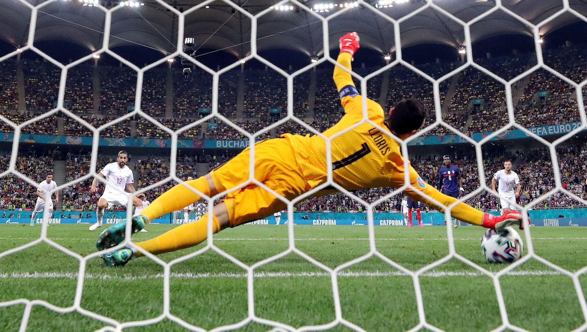 Thủ môn Pháp Hugo Lloris thực hiện một quả phạt đền trong trận đấu Euro 2020 giữa Pháp và Thụy Sĩ tại sân vận động quốc gia ở Bucharest, Romania - Sputnik Việt Nam, 1920, 01.07.2021