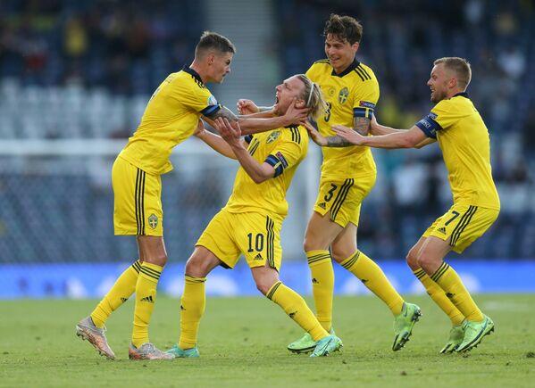 Các cầu thủ Thụy Điển sau khi ghi bàn thắng vào lưới Ukraina tại VCK EURO 2020 - Sputnik Việt Nam