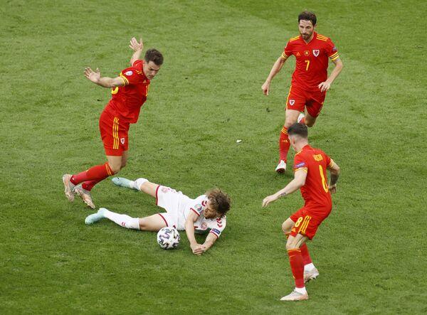 Các cầu thủ đội tuyển quốc gia Đan Mạch và Xứ Wales trong trận đấu UEFA EURO 2020 - Sputnik Việt Nam