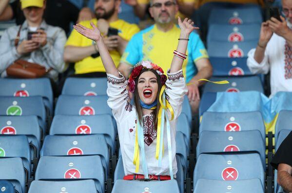 Cổ động viên đội tuyển quốc gia Ukraina trong trận đấu với Thụy Điển tại VCK EURO 2020 - Sputnik Việt Nam