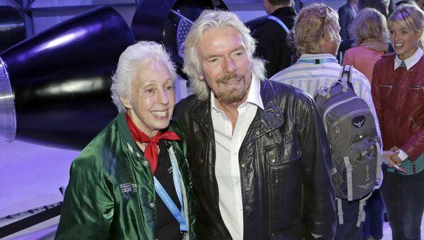Wally Funk và doanh nhân người Anh Richard Branson  - Sputnik Việt Nam