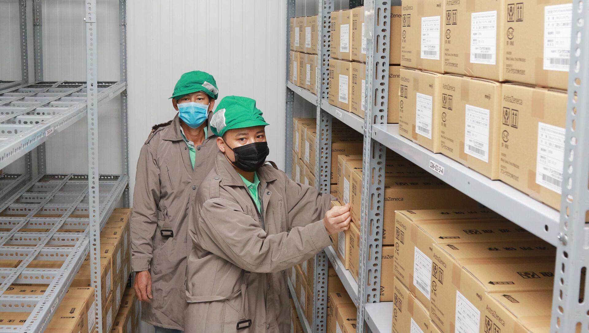Công nhân Công ty dược mỹ phẩm May sắp xếp vaccine Astra Zeneca vào kho lạnh. - Sputnik Việt Nam, 1920, 02.07.2021
