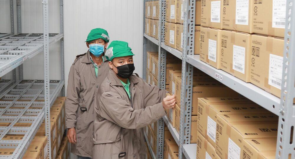 Công nhân Công ty dược mỹ phẩm May sắp xếp vaccine Astra Zeneca vào kho lạnh.