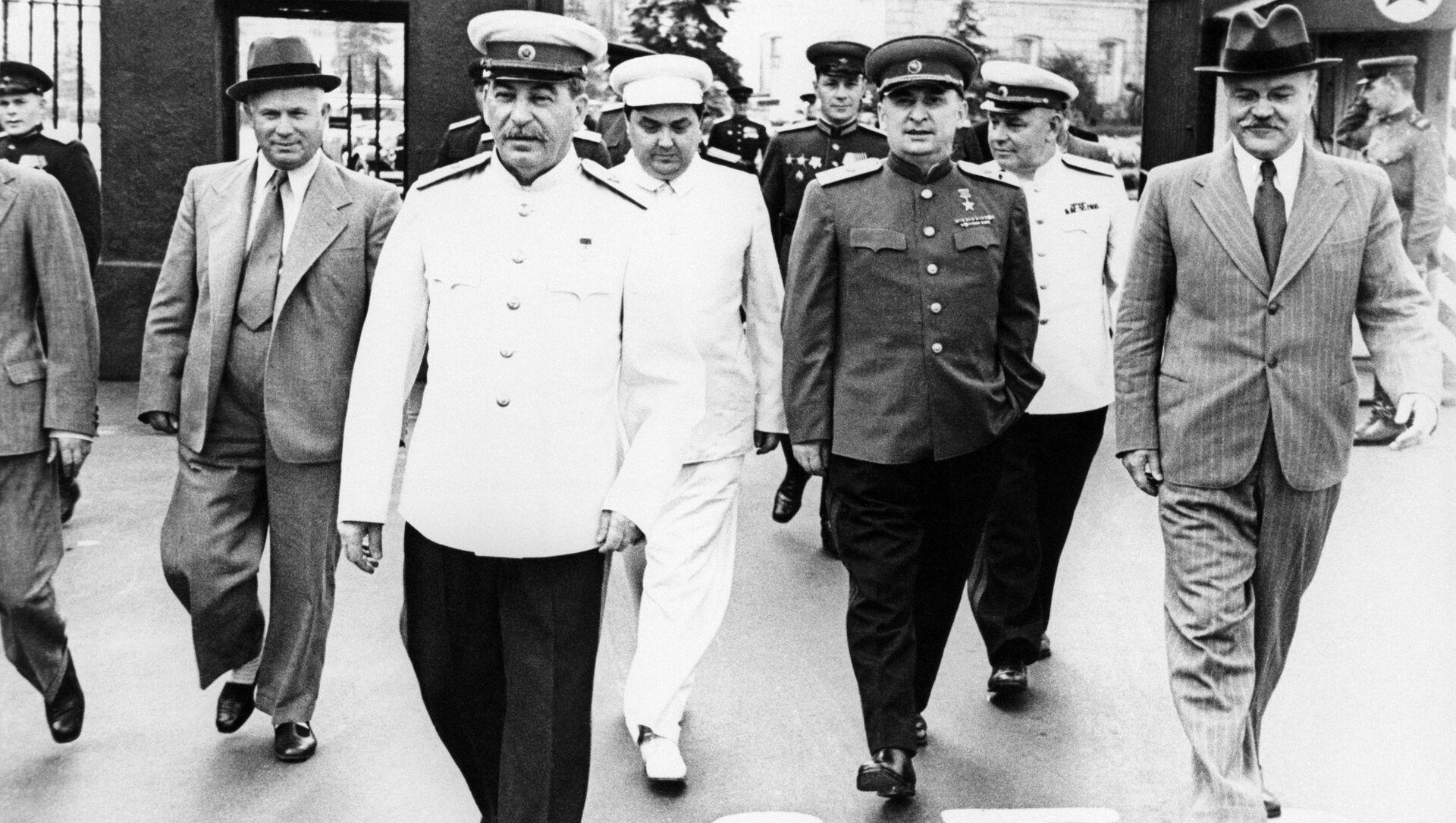 Nikita Khrushchev, Joseph Stalin, Georgy Malenkov, Lavrenty Beria, Vyacheslav Molotov (từ trái sang phải) đến Quảng trường Đỏ - Sputnik Việt Nam, 1920, 02.07.2021