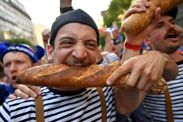 Người hâm mộ Pháp với chiếc bánh mì dài trước trận Pháp - Bồ Đào Nha - Sputnik Việt Nam