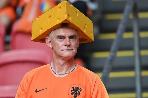 Cổ động viên Hà Lan đội mũ pho mát tại nhà thi đấu Johan Cruyff ở Amsterdam - Sputnik Việt Nam