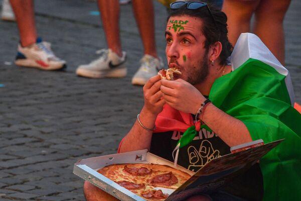 Cổ động viên người Ý ăn pizza trong khu dành cho người hâm mộ ở Piazza del Popolo ở Rome - Sputnik Việt Nam