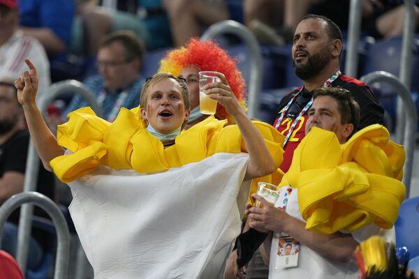 Người hâm mộ Bỉ uống bia chờ trận đấu bắt đầu - Sputnik Việt Nam