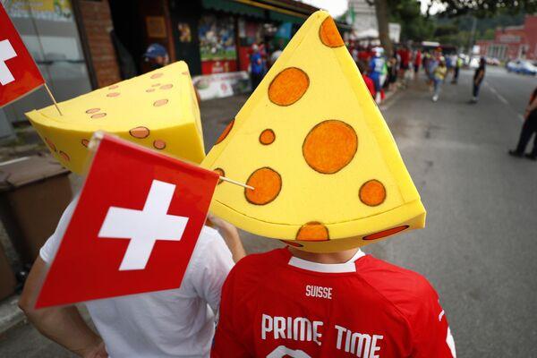 Cổ động viên Thụy Sĩ đội mũ pho mát bên ngoài sân vận động trước trận đấu - Sputnik Việt Nam
