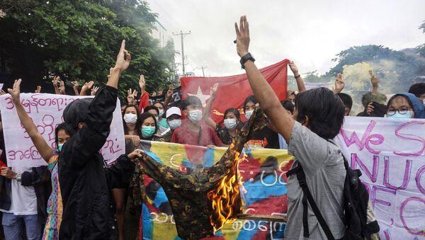 Người biểu tình đốt quân phục trong cuộc biểu tình phản đối cuộc đảo chính quân sự ở Yangon - Sputnik Việt Nam