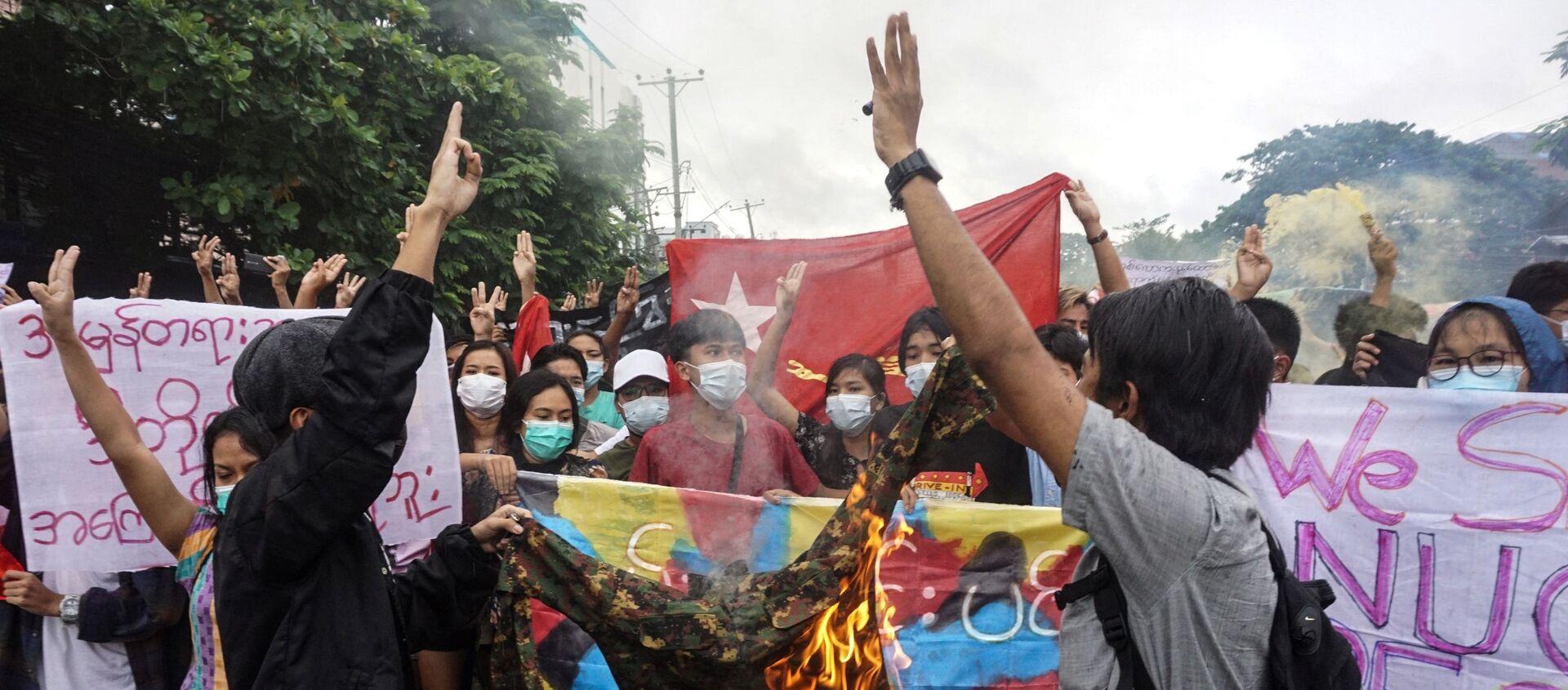 Người biểu tình đốt quân phục trong cuộc biểu tình phản đối cuộc đảo chính quân sự ở Yangon - Sputnik Việt Nam, 1920, 07.09.2021