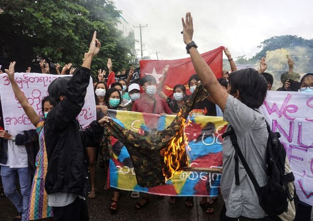 Người biểu tình đốt quân phục trong cuộc biểu tình phản đối cuộc đảo chính quân sự ở Yangon