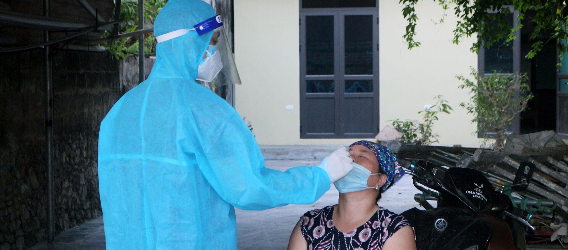 Trung tâm Kiểm soát bệnh tật tỉnh Hà Nam và Trung tâm Y tế huyện Kim Bảng tiến hành lấy mẫu xét nghiệm Covid-19 cho toàn bộ người dân thôn 4, xã Thi Sơn - Sputnik Việt Nam, 1920, 06.07.2021