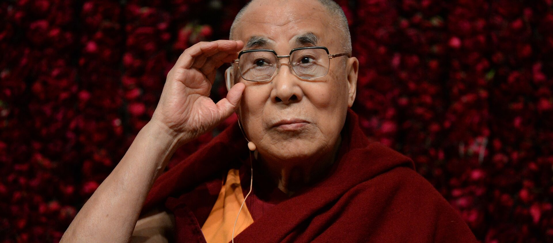 """Tibetan spiritual leader, the Dalai Lama, gestures before delivering a public lecture on """"Reviving Indian Wisdom in Contemporary India"""" at a function in New Delhi on February 5, 2017 - Sputnik Việt Nam, 1920, 06.07.2021"""