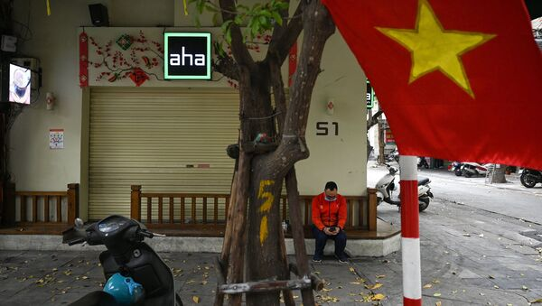 Người đàn ông đang kiểm tra điện thoại thông minh của mình. - Sputnik Việt Nam