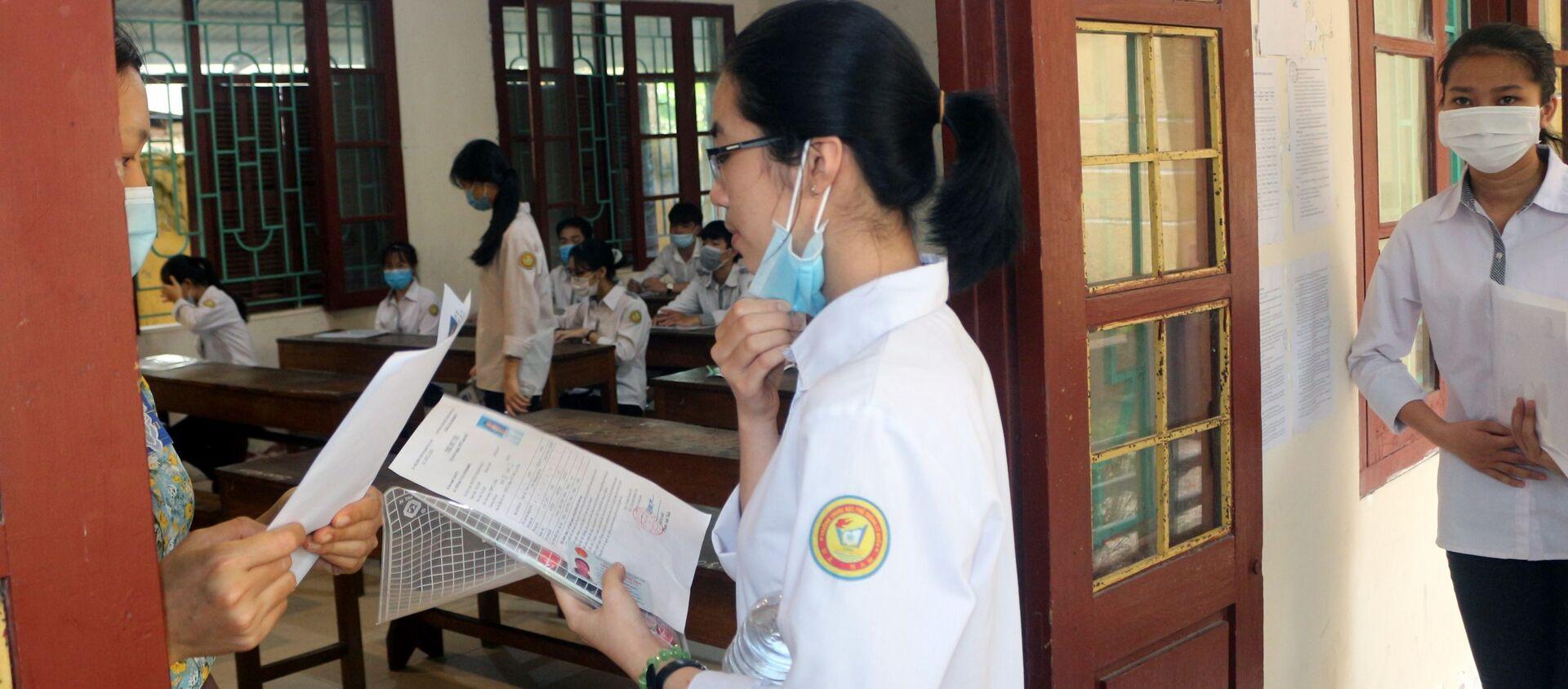 Các thí sinh làm thủ tục vào phòng thi tại Hội đồng thi trường THPT Lý Nhân (huyện Lý Nhân, tỉnh Nam Định) - Sputnik Việt Nam, 1920, 07.07.2021